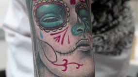 Tatuering på armen arkivfilmer