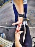 Tatueringförälskelse fingrar GoPro Royaltyfria Bilder
