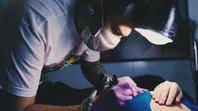 Tatueringförlagen arbetar med koncentration stock video