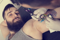 Tatueringkonstnär royaltyfri bild