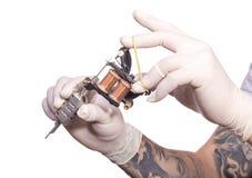 Tatueringkonstnär på arbete Förbereda visaren och Arkivbild