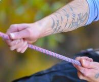 Tatuujący arywista chwyta arkanę dla abseiling Zdjęcia Stock