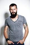 Tatuujący brodaty mężczyzna Zdjęcia Stock
