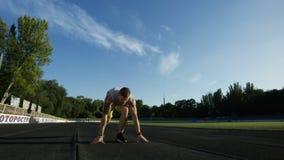Tatuujący sportowiec wewnątrz kuca początek na śladzie zbiory