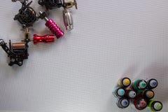 Tatuuje maszynę i rząd barwioni atramenty w plastikowych butelkach zdjęcia stock