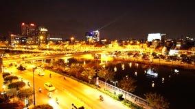 Tau Hu-Kanal und Calmette-Brücke nahe Bitexco finanzieren Gebäude in Ho Chi Minh stock video