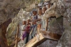Tau Tau木雕象在TampangAllo埋葬的陷下在塔娜Toraja 印度尼西亚 免版税库存照片