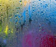 Tau-Tropfen auf farbigem Hintergrund Lizenzfreie Stockbilder