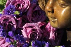 Tau-Tropfen auf Lavendel-Rosen-Blumenstrauß Stockfoto