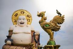 Taube auf einer garuda Statue ist eine Statue eines fetten chinesischen Priesters, str vektor abbildung