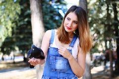 Taube, die auf der Hand eines schönen Mädchens sitzt Lizenzfreie Stockfotografie