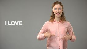 Taube Frau, die das Liebesleben in der Gebärdensprache, Text auf Hintergrund, Kommunikation sagt stock video footage