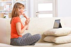 Taube Frau, die Gebärdensprache auf der Tablette verwendet Stockbild