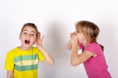 Taube Jungenneigung hören Stockfotos