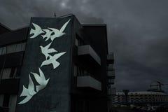 Tauben auf einem Gebäude stockfotografie