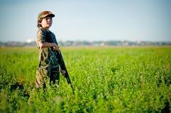 Tauben-Jagd-Junge sucht nach Tauben stockfotografie