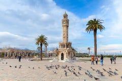 Tauben und einfache Leute auf Konak-Quadrat, Izmir Lizenzfreie Stockbilder