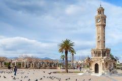 Tauben und gehende einfache Leute auf Konak-Quadrat, Izmir Lizenzfreie Stockfotografie