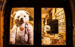TAUBER de ROTHENBURG OB DER, ALEMANHA 11 de setembro de 2016: Teddy Bear Rothenburg colocou atrás da porta após a loja fechado foto de stock