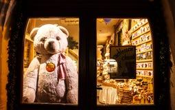 TAUBER de ROTHENBURG OB DER, ALEMANIA 11 de septiembre de 2016: Teddy Bear Rothenburg colocó detrás de la puerta después de la ti foto de archivo