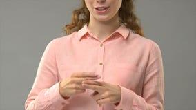 Taubes Damenbitten, was Ihr Name in der Gebärdensprache ist, Wörter in asl zeigend, Hilfe stock video