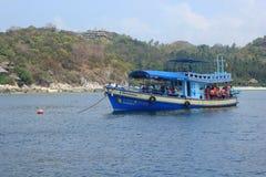 Tauchboote nehmen Touristen zu Stockfotos
