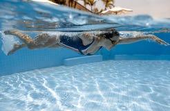 Tauchen in Swimmingpool Stockfoto