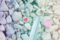 Tauchendes rosa Herz des Trennmessers gemalt mit Lippenstift auf Stück O lizenzfreie stockfotos
