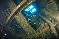 Taucher, der innerhalb eines Schiffswracks erforscht stockfotos