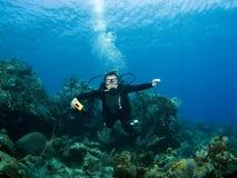Taucher, der underwater lächelt Lizenzfreie Stockfotografie