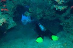 Taucher in der Unterwasserhöhle, der Indische Ozean Lizenzfreie Stockfotos