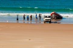 Taucher, die vom Ozean zurückkommen Lizenzfreie Stockbilder