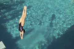 Taucher Diving Into Pool Lizenzfreies Stockfoto