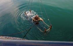 Taucher im schweren Spacesuit taucht in das Meer Lizenzfreies Stockfoto