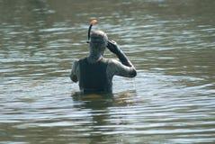 Taucher kleidete im Taucheranzug an, der betriebsbereit ist zu schwimmen Lizenzfreie Stockbilder