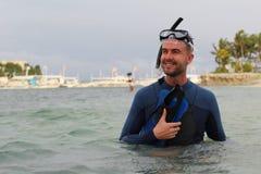 Taucher mit halbem Körper unter dem Wasser stockfoto