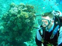 Taucher und Koralle Lizenzfreies Stockfoto