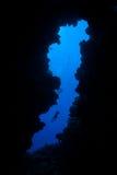 Taucher und tiefe Höhle Stockbild