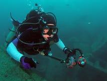 Taucher und Unterwasserkamera stockfotografie