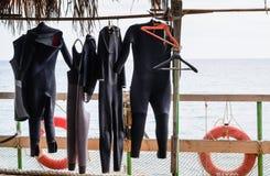 Taucheranzüge, die hängen, um auf Bootsdeck zu trocknen Stockbild