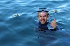 Tauchergeben Daumen oben nach einer Immersion Lizenzfreie Stockfotografie