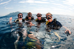 Taucherunterwasseratemgerätsturzflug zusammen auf Oberfläche lizenzfreie stockfotos