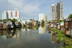 Taudis de Ho Chi Minh City par la rivière, Saigon, Vietnam Photographie stock libre de droits