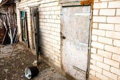 Taudis, hangar abandonné de yard de village Photographie stock libre de droits