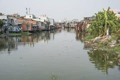 Taudis sur une rivière en Ho Chi Minh City, Vietnam photographie stock
