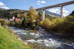 Tauern高速公路在Eisentratten附近镇的机动车路桥梁  奥地利 免版税图库摄影