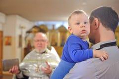 Taufe eines jungen Kindes Stockbild