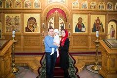 Taufe. Familie, die Taufe in der orthodoxen Kirche feiert Lizenzfreie Stockfotografie