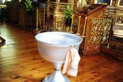 Taufguß in der Russisch-Orthodoxen Kirche Stockbilder