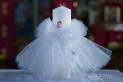 Taufkerze in einer orthodoxen Kirche in Vorbereitung auf die Taufe lizenzfreie stockfotos
